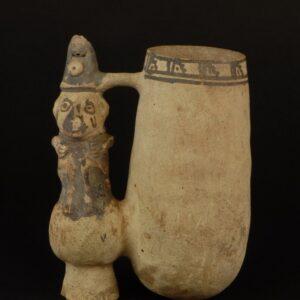 白地黒彩人物像飾付双胴鳴笛深鉢(コップ)