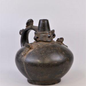 黒色シカン王象形把手付壺