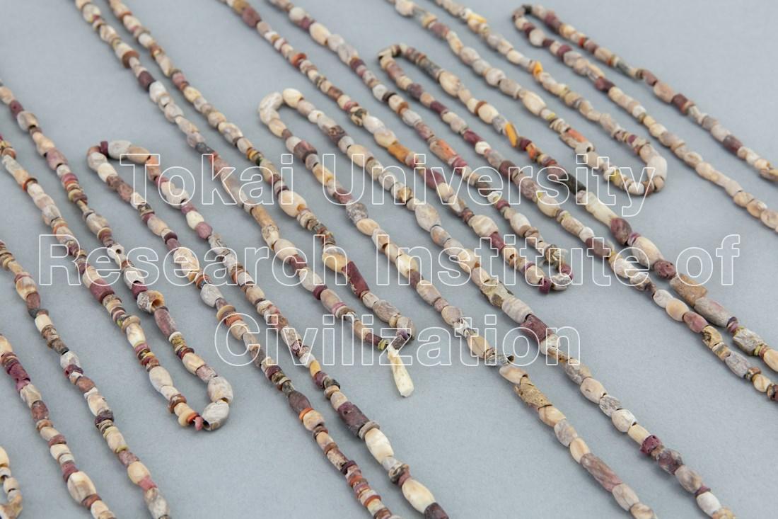スポンディルス貝・石製ビーズ首飾り(17本)