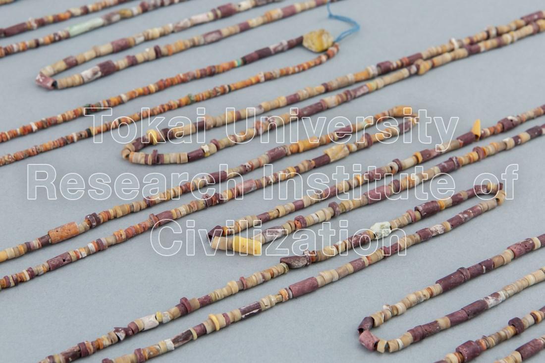 スポンディルス貝・石製ビーズ首飾り(18本)